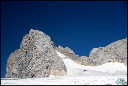 Pohled na Hoher Dachstein. Vpravo je vidět prudký přístup k druhé ferratě vedoucí na vrchol.