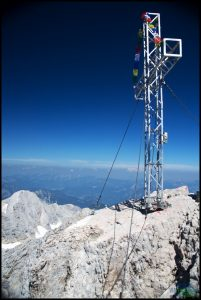 Dachstein - vrcholový kříž. Je těžké vyfotit ho bez lidí