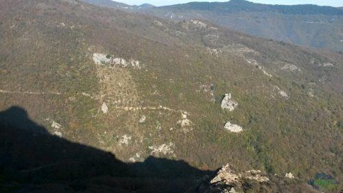 Pohled zpět na parkoviště. Auto máme mezi těma dvěma skalama v pravé části fotky - Via ferrata degli Artisti